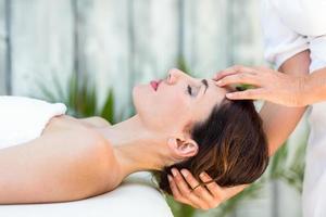 morena recibiendo masaje de cabeza foto