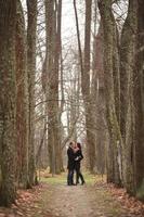 jóvenes amantes hombre y mujer en el bosque de otoño foto