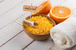 sal marina en un tazón con naranjas foto