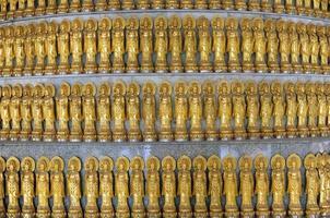 mucha estatua dorada de guan yin