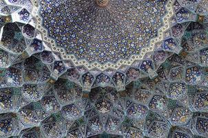 Plafond de la mosquée imam (shah) sur la place naqsh-e jahan, esfahan