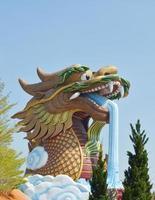 Escultura del dragón en el templo chino. foto