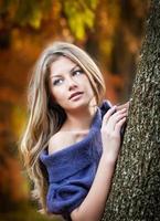 mulher atraente, passar o tempo no parque durante a temporada de outono foto