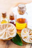 Aceite esencial de aroma con limón y lima. foto