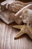 Artículos de sauna refrescante en madera de pino vintage fondo salud foto