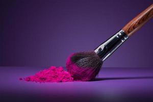cepillo y polvos faciales foto