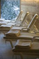 ontspanningsruimte met ligstoelen in rij