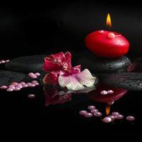 concepto de spa de blanco y orquídea (cambria), vela roja foto