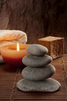 ambiente de spa con cuatro piedras con velas y jabón foto