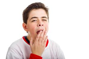 niño caucásico bostezando foto