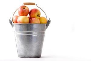 balde com maçãs