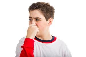 menino caucasiano, tapando o nariz