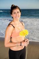 mooie blanke vrouw die lacht op strand