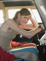 mujer sentada en el asiento del conductor de autocaravana