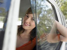mujer en autocaravana durante viaje por carretera