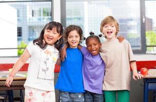 aula multietnica. afro americano, asiatico e caucasico prima