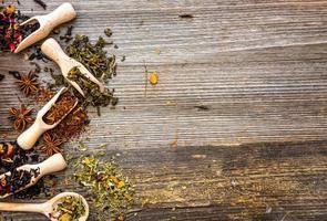 tés secos sobre fondo de madera