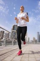 mujer corriendo por la mañana