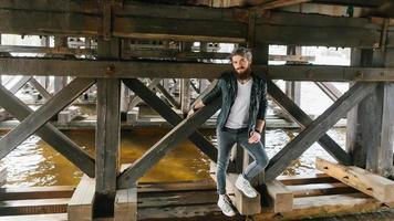 hipster barbu avec anneau dans la veste en cuir