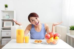 mujer alegre bebiendo un jugo de naranja foto