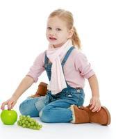 klein meisje zittend op de vloer en met een hand