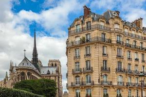 Edificio parisino y la catedral de Notre Dame de París.