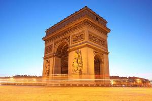 célèbre arc de triomphe dans la soirée, paris, france