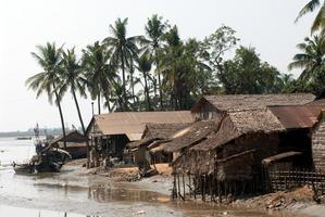 Village traditionnel du myanmar sur l'estuaire de la ville de kyaikto, myanmar.