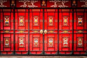 Puerta de entrada tradicional china con puertas plegables.