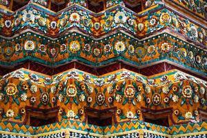 elementos decorativos cerámicos del templo budista foto