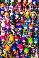 Tela colorida en el mercado en Perú, América del Sur