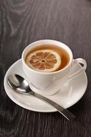 té caliente en taza blanca