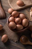 huevos marrones frescos