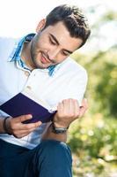 Cerrar hombre leyendo libro, afuera, afuera