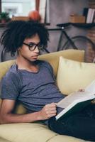 leyendo el libro en casa.