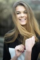 Retrato de una mujer joven y bella foto