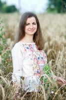 Retrato de hermosa niña ucraniana en campo de trigo foto