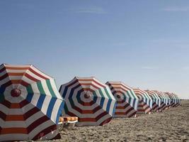 sombrillas de playa con espacio libre arriba.