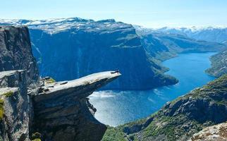 Vista de verano trolltunga (noruega).