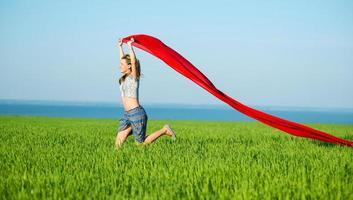 joven mujer feliz en el campo de trigo con tela. estilo de vida de verano