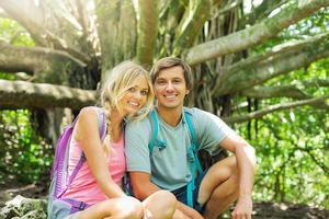 pareja divirtiéndose al aire libre en caminata