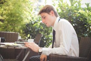 empresário jovem bonito elegante modelo loiro trabalhando com guia