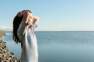 retrato de mulher jovem e bonita ao ar livre perto do lago