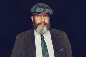 elegante hombre barbudo con una gorra de tela foto