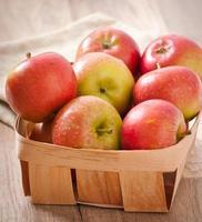 maçãs vermelhas maduras em um fundo de madeira