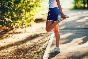 yong sportieve vrouw die haar been streching