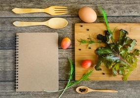 ingredientes de ensalada de vegetales frescos foto
