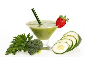 healthy cucumber and broccoli smoothie