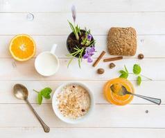 desayuno de cereal, leche y donas foto