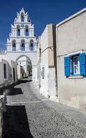 seis campanas en la entrada a megahochori, santorini